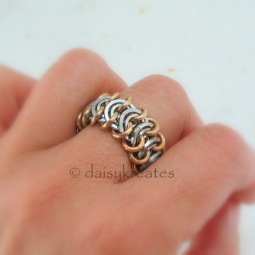 Chainmaille Vertebrae Finger Ring with a comfortable and versatile size